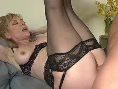 Teenficker für reife Nina Hartley perfekt