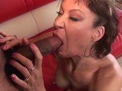 Rothaarige Freundin guckt Porno mit ihrem Stecher und wird geil zum Ficken